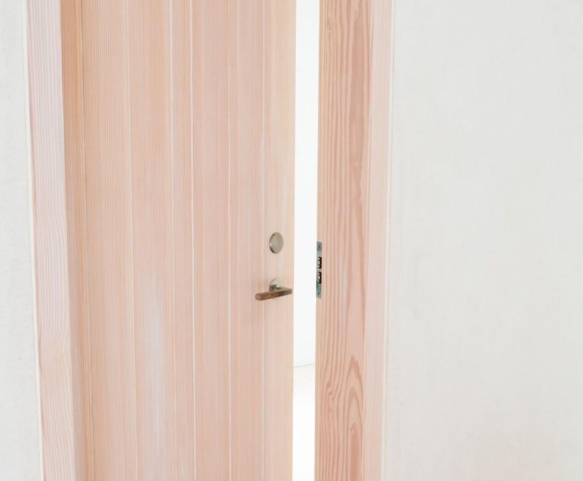 Døre med douglasfiner samt massiv dørkarm i douglastræ