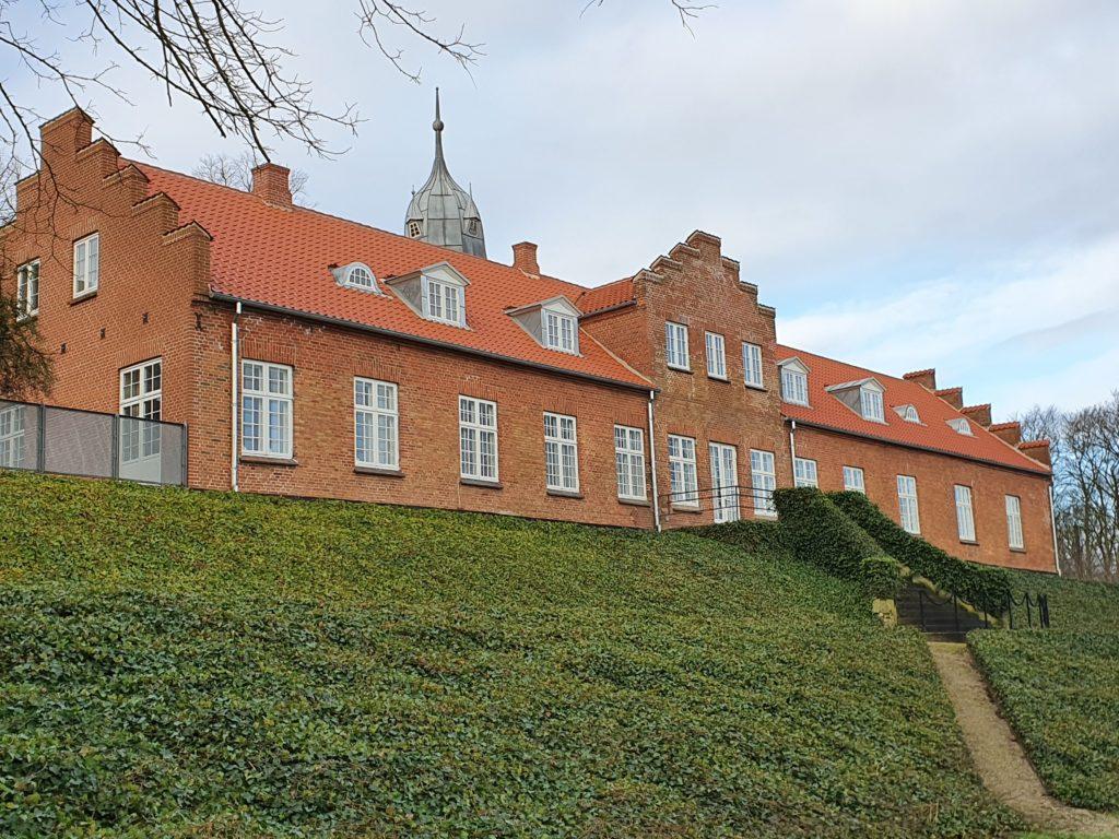 Energirigtige vinduer i historisk stil fra Madsen Vinduer og Døre var en del af renoveringen i 2019 af Demstrup Hovedgård.