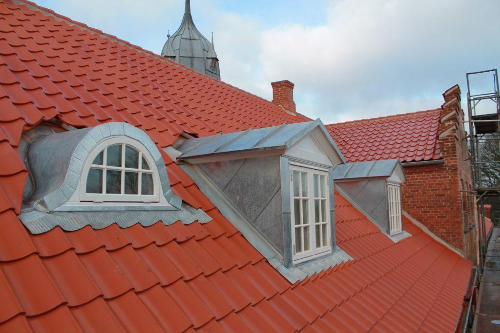 Til et gammelt bevaringsværdigt byggeri er det nødvendigt med renoveringsløsninger, der både matcher bygningernes udtryk og stil og som samtidig lever op til de krav og behov, som vi i dag har til komfort, økonomi og miljømæssige hensyn.
