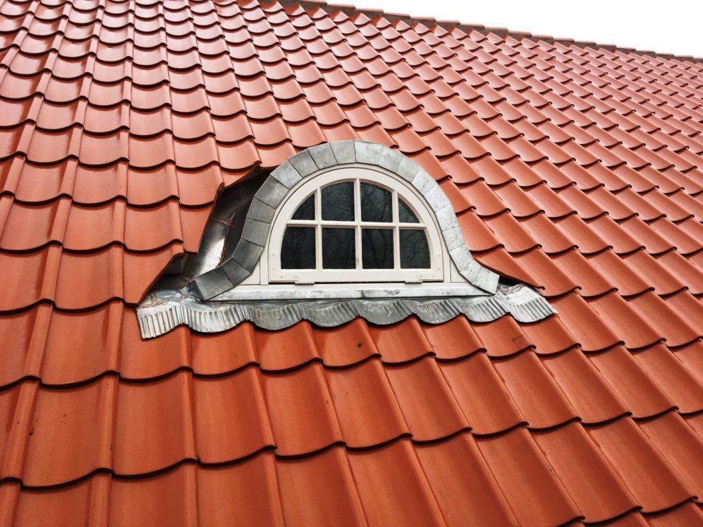 Blandt de energirigtige vinduer i historisk stil leverede Madsen Vinduer og Døre også 7 små, speciallavede kvistvinduer med buet overkarm, lige ben, sprosser. Vinduerne blev lavet med enkeltlags glas udvendig og med en 4 mm tyk hærdet energirude indvendig, det såkaldte Optoglas, der kan monteres direkte på eksisterende, skæve eller buede rammer. Denne vinduesløsning er en anden måde at bevare det gamle og originale udtryk på samtidig med, at vinduerne lever op til nutidens krav om godt indeklima og mindsket varmeforbrug.