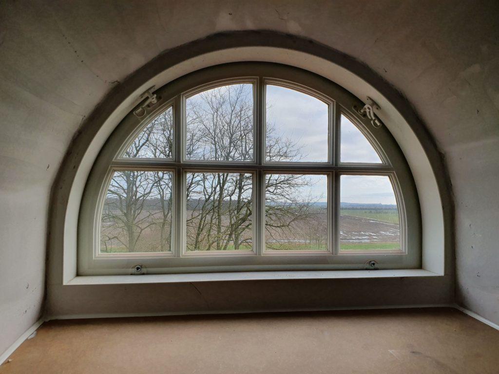 Energirigtig vindue i historisk stil set indefra. Her ses det specialfremstillede buede kvistvindue med Optoglas indvendigt.