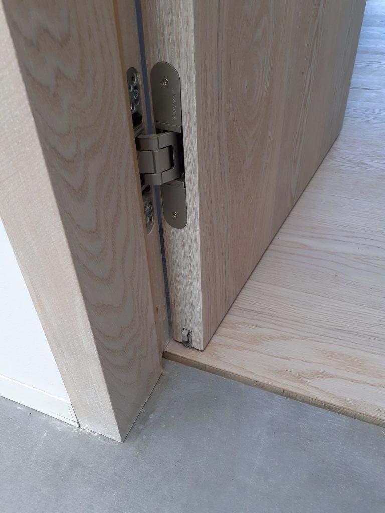 Døren uden bundstykke. Der er endnu ikke fuget færdigt i gulvet. På døren er der monteret auto-tætter i bunden.
