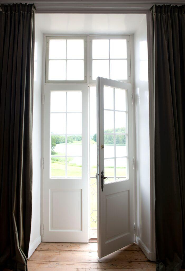 Elegant fransk dør udskiftet i stueetagen på Næsseslottet sammen med, at 150 individuelle vinduer  laves til Næsseslottet. Alt er lavet af Madsen Vinduer og Døre.