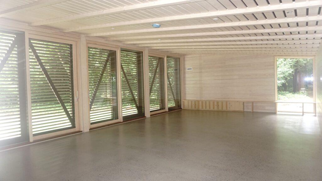 Nyt undervisningslokale set indefra med høje speciallavede skydedøre fra Madsen Vinduer &Døre