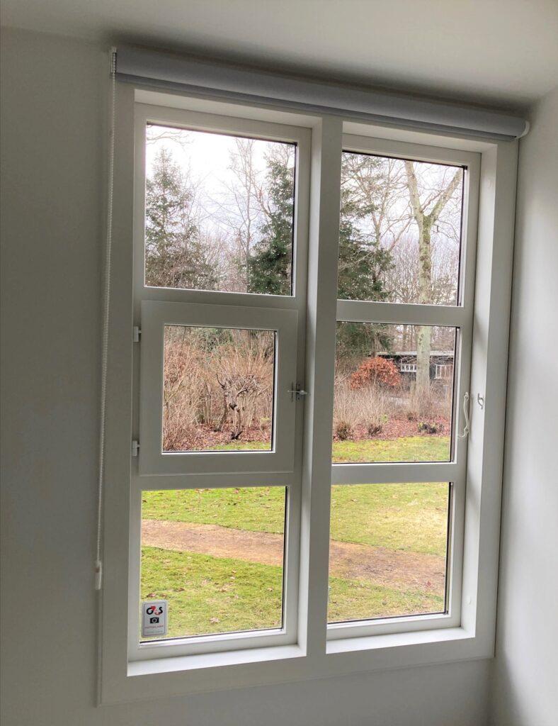Vinduerne fra de gamle tyske barakker har speciel funktion ved at kunne åbnes i sidehængt fag og i lille indadgående ramme i det andet fag på vinduet. Disse historiske vinduer genskabes ved istandsættelse af sommerhus