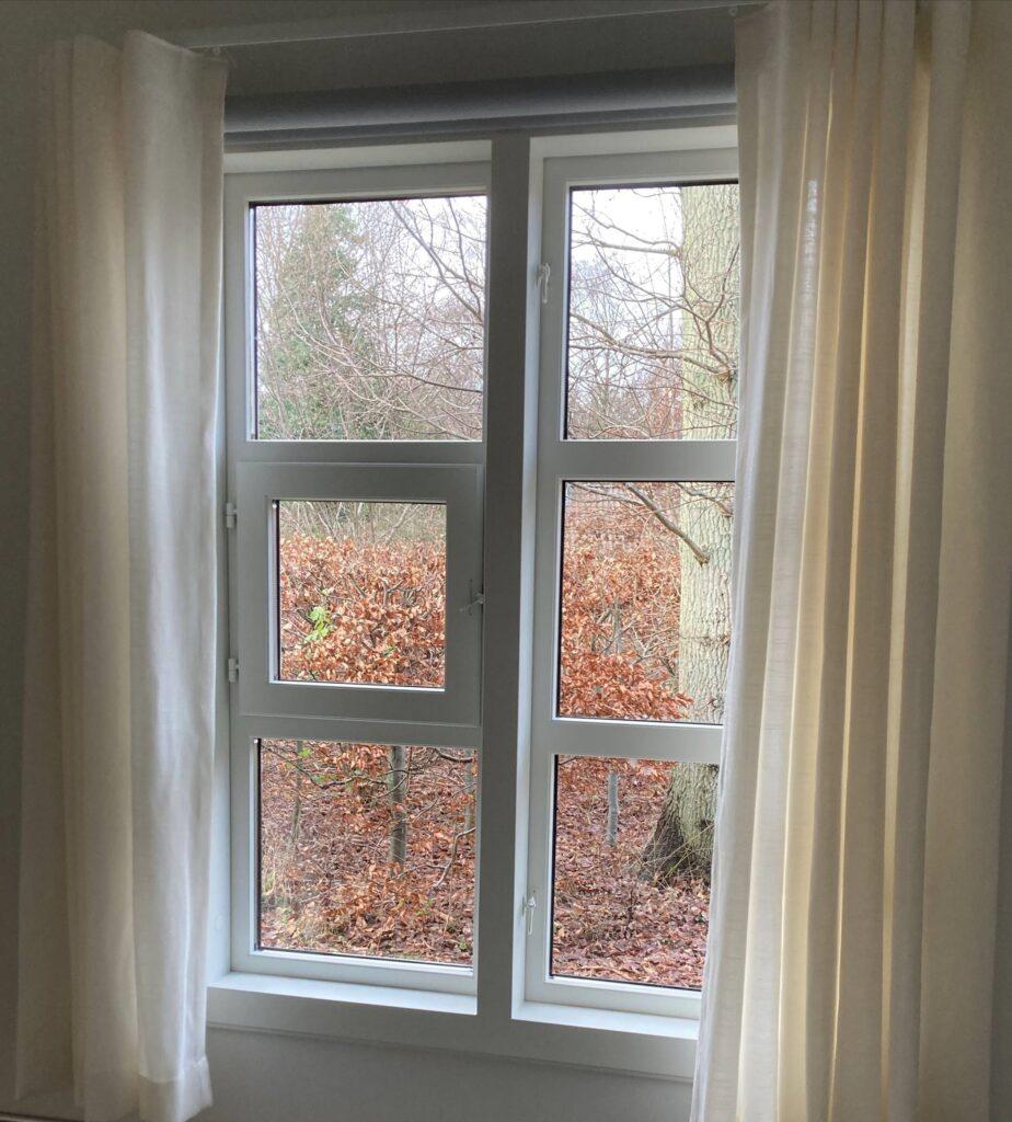 Historiske vinduer fra 2. verdenskrig genskabes af Madsen Vinduer og Døre ved istandsættelse af sommerhus. Vinduerne fra de gamle tyske barakker har speciel funktion ved at kunne åbnes i sidehængt fag og i lille indadgående ramme i det andet fag på vinduet.