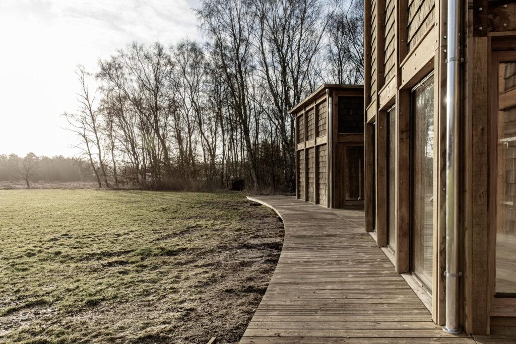Friluftshuset set udefra med det store vinduesparti med bæredygtige ventilationsvinduer fra Madsen Vinduer og Døre.