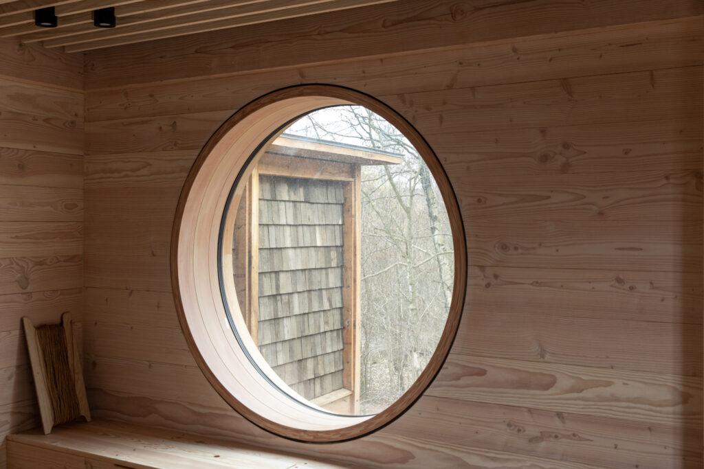 Stort rundt vindue i Friluftshuset. Det er 180 cm bred og 40 cm dyb. Speciallavet ved Madsen Vinduer og Døre med den dybe, runde karm.