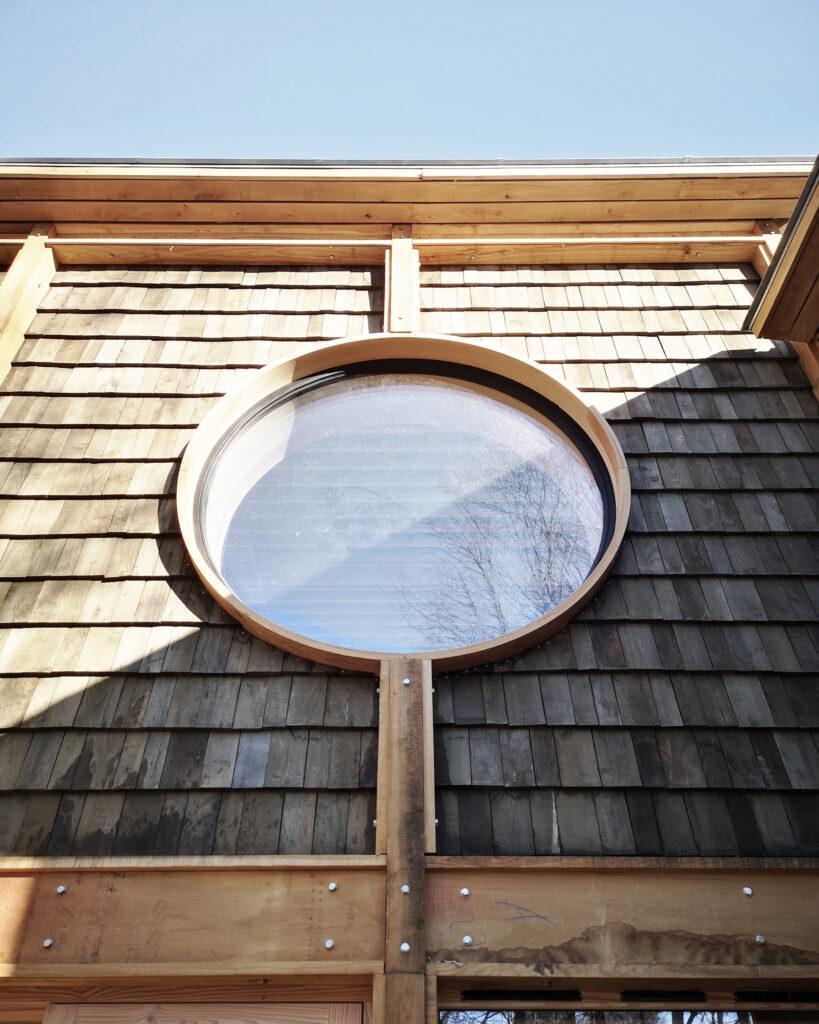 Specialdesignet stort rundt vindue i friluftshus