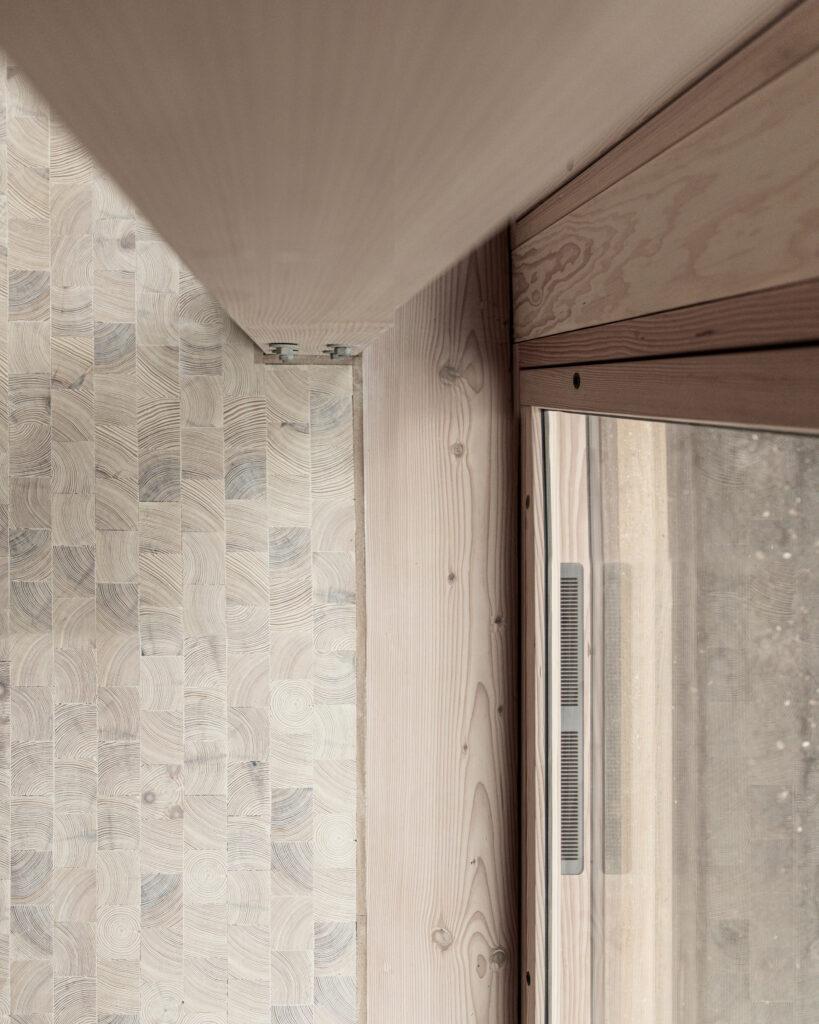 Friluftshus får bæredygtige ventilationsvinduer. Her ses vinduet fra oven med ventilationsspjæld fra Horn Group ApS i bunden inkoporeret i karmen af Madsen Vinduer og Døre.