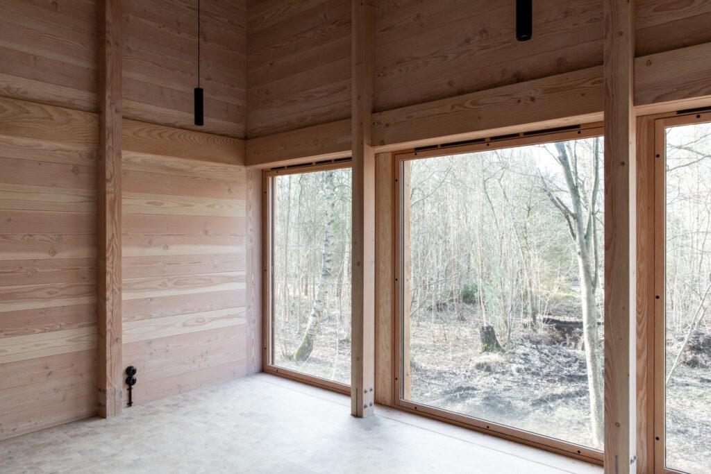 Friluftshus får bæredygtige ventilationsvinduer i specialmål. Dette er et stort vinduesparti i Friluftshuset. Speciallavet af Madsen Vinduer og Døre.