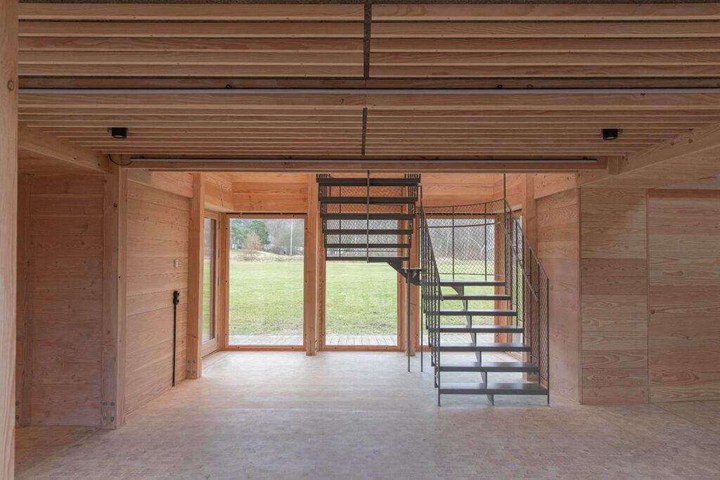 Friluftshus får bæredygtige ventilationsvinduer i specialmål. Dette er et stort vinduesparti i Friluftshuset. Speciallavet af Madsen Vinduer og Døre