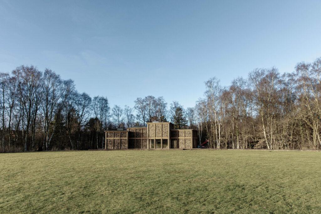 Friluftshuset set udefra med det store speciallavede vinduesparti fra Madsen Vinduer og Døre.